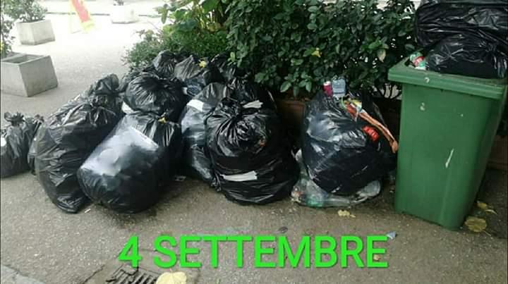 Montesarchio, rifiuti in piazzetta: protesta M5S
