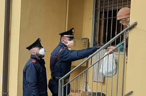 Anziana sola chiede aiuto ai Carabinieri che le offrono la spesa e le tengono compagnia.