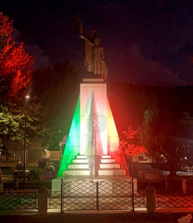 Cervinara. Illuminazione con il Tricolore per il Monumento ai Caduti