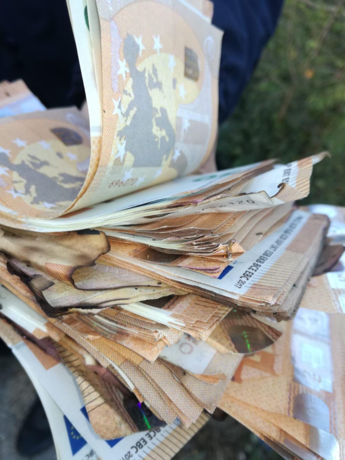 Montesarchio. In una discarica abusiva trovati tanti soldi: veri o falsi?