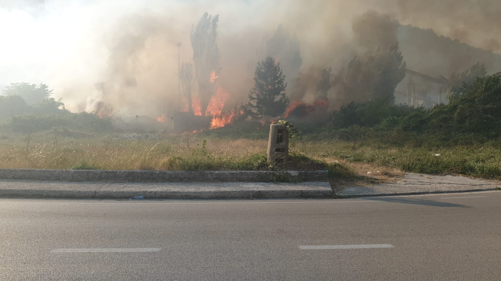 Arpaia, fiamme vicino alla stazione